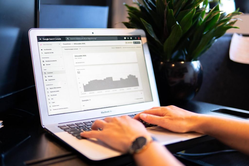 laptop showing graph tracking seo progress and seo budget